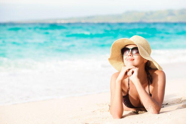 Mulher curtindo a praia