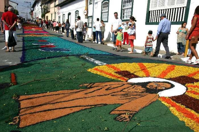 Os tradicionais tapetes de Corpus Christi em Cabo Frio
