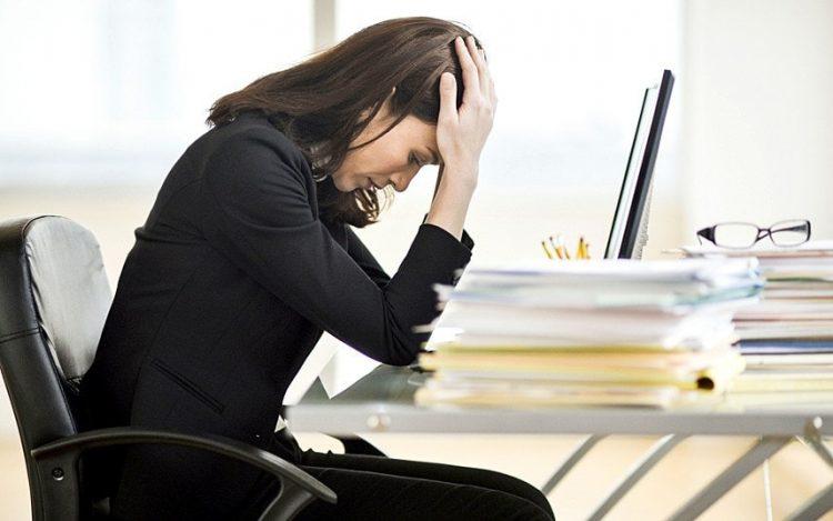 Mulher cansada da rotina de trabalho